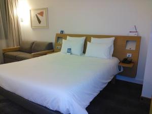 Sehr geräumige Zimmer und zwei Kinder schlafen kostenlos bei den Eltern!